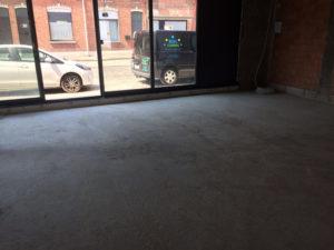 Na reinigen betonvloer